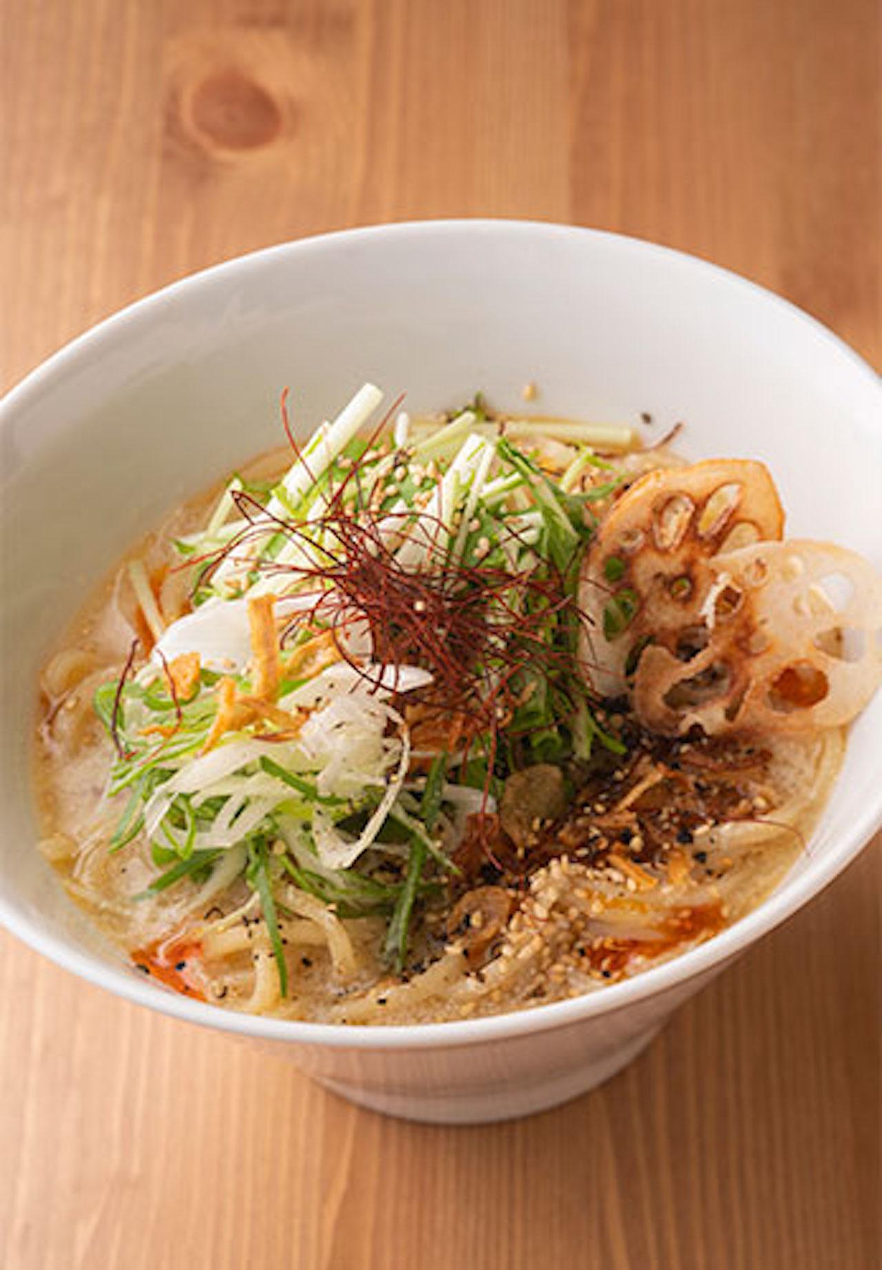 wo's Vラーメン800円。豆乳や練りゴマ、味噌を合わせたとろみのあるスープが、中太麺によく絡む。メニューはすべて売り切れ次第終了