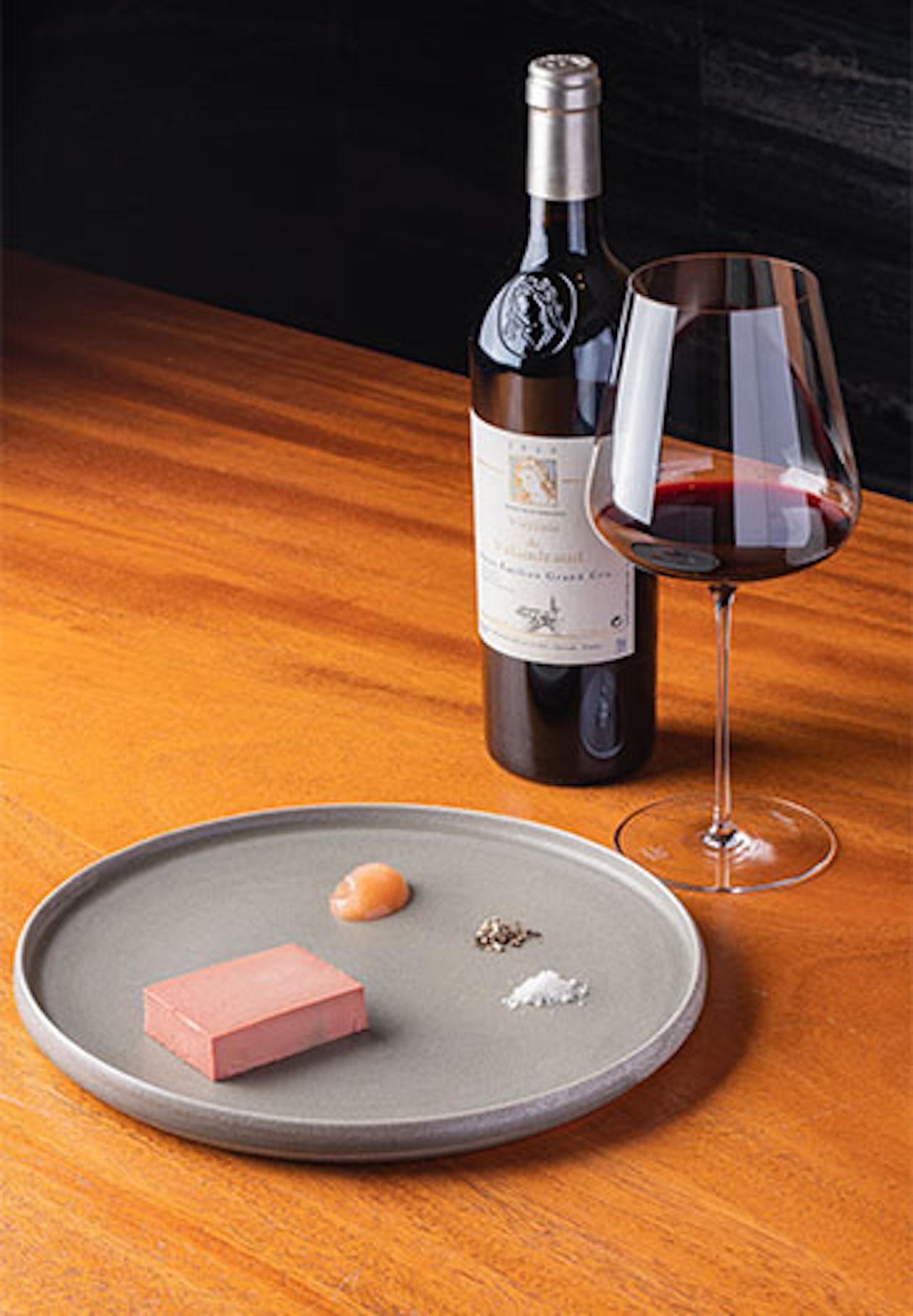 時間をかけて下処理し作られる、鶏レバーのケーキ仕立てリンゴのマルメラータ添え1600円。滑らかで凝縮された旨みが赤ワインに合う