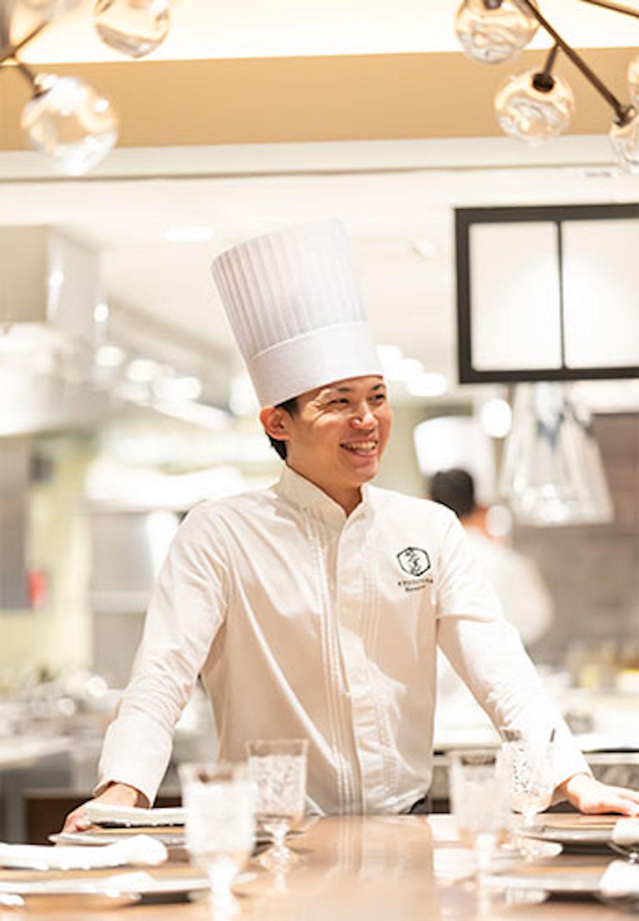 「女性に喜んでもらえれば」と語る川口純史シェフ。数々のホテルで経験を積み、アフタヌーンティーセットのメニューを考案する<br />