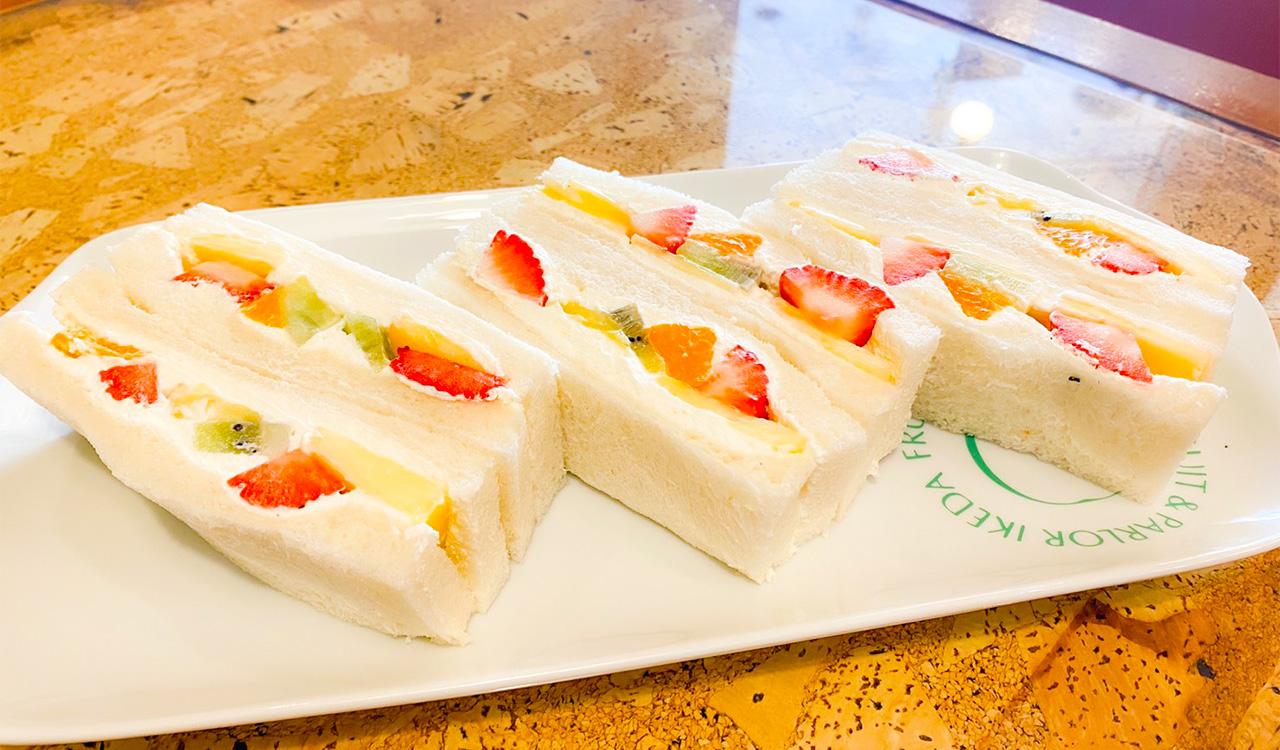 バナナやイチゴ、オレンジなど、その日おすすめの果物4種を使う。甘さ控えめでしっかりと泡立てた生クリームが絶妙なフルーツサンド750円