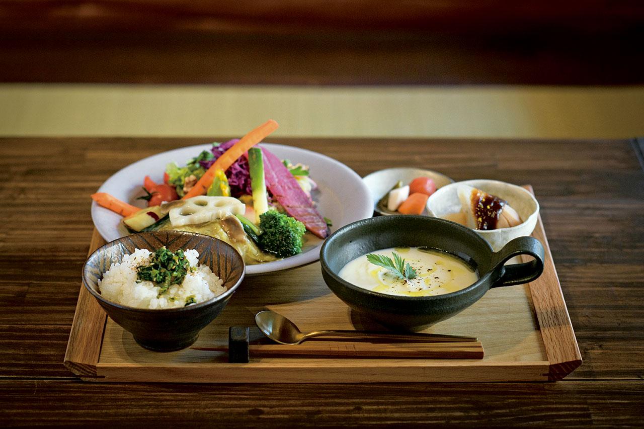 レンコンバーグなどの主菜に季節の副菜、かぶのスープなど、色とりどり。+200円でドリンク付きに。今月のすこやかセット1480円
