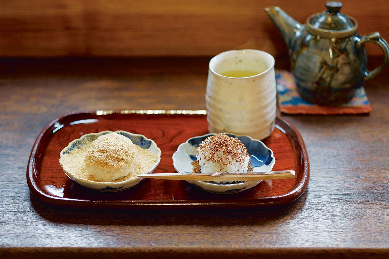 温かいおはぎ(1個)と煎茶のセット700円。おはぎはきなこ、ごま、そばの3種からセレクト。+350円(すべて税込)でおはぎや麦代餅が追加できる