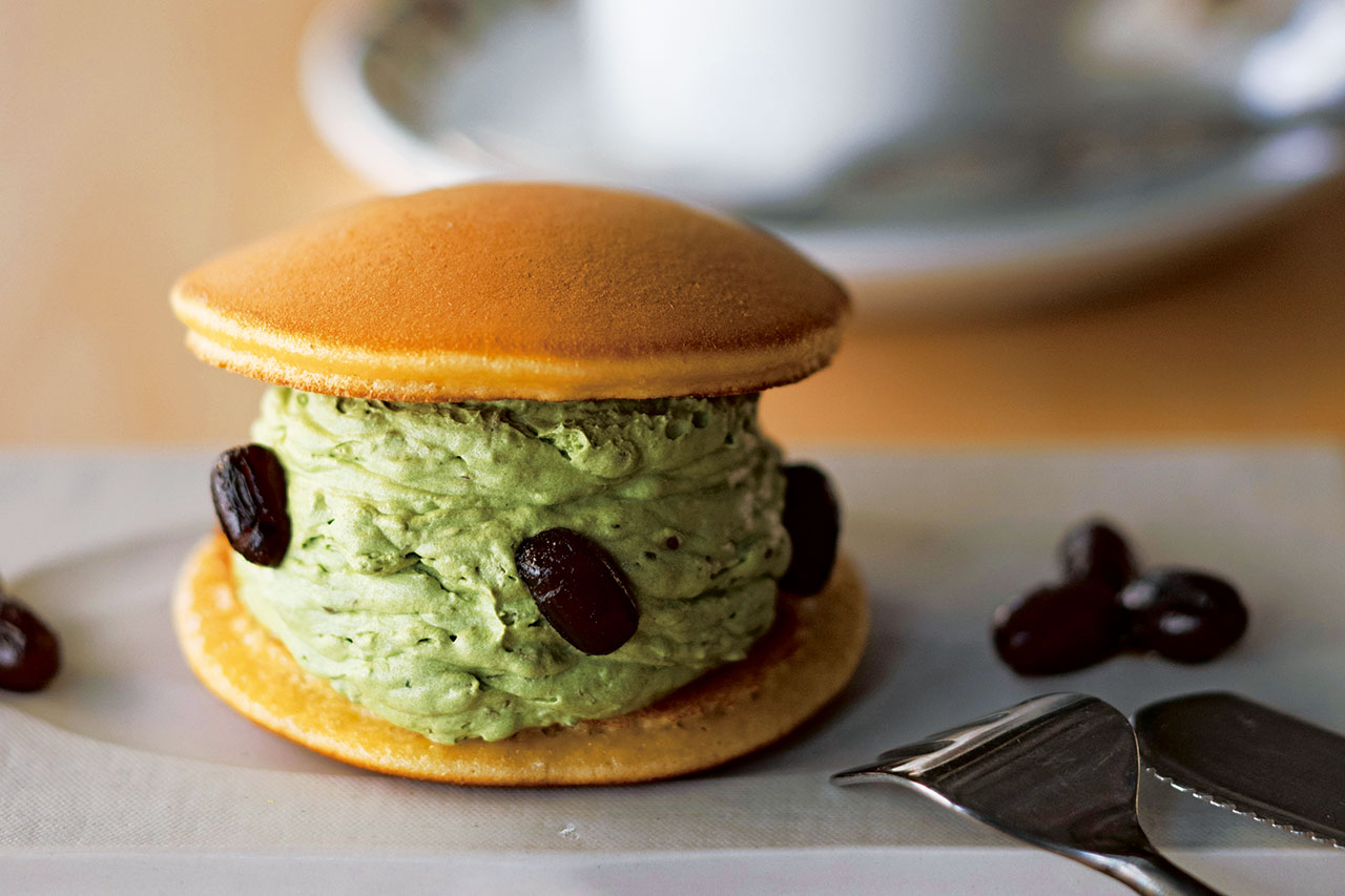 御八のどらクリーム 抹茶クリーム+小豆350円とドリップ珈琲(サーカス珈琲)650円。どらクリームはボリュームがありながら軽い口当たりであっさり食べられる。京都の老舗茶舗の抹茶を使っており濃厚な風味<br />