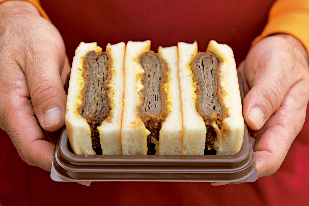 ミルフィーユ状に重ねた国産牛肩ロースのやわらかいこと!オリジナル沢味ソースがアクセントに、ビーフカツサンド1200円(税込)