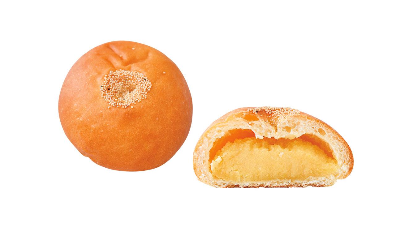 甘さ控えめでまろやかな味わいの黄味餡ぱん170円。白こし餡に有精卵など3種類の黄身が練り込まれている