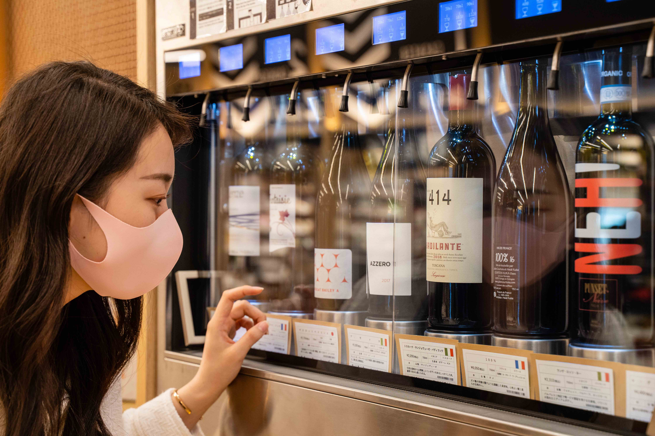テイスティングは専用のプリペードカードをレジで購入し、チャージをしたら機械へ挿し込むだけ。ワインは30〜150mlまで飲む量を選べるのでワイン好きには嬉しい