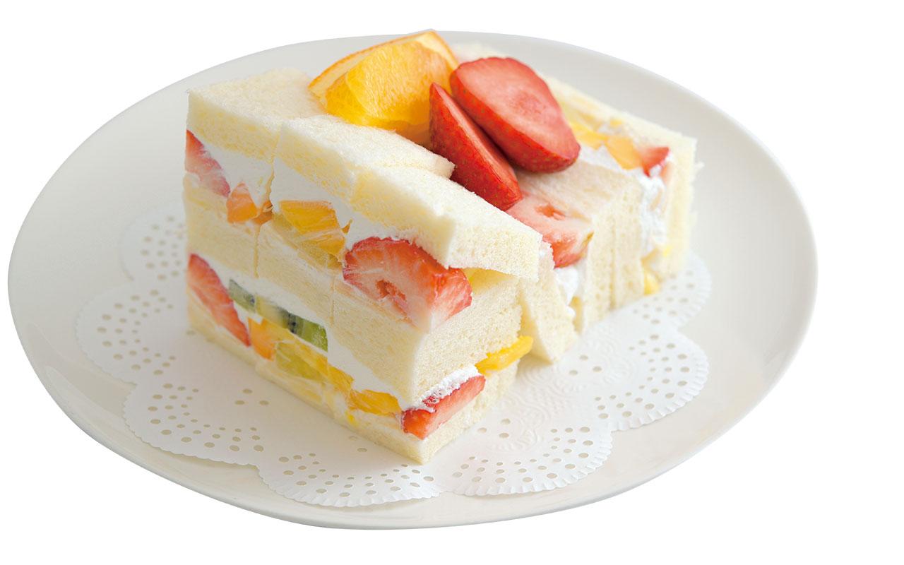 6種類の果物と食パン4枚を使ったサンドは端まで果物がぎっしり。どこを食べても幸せな気分になるフルーツサンド1400円
