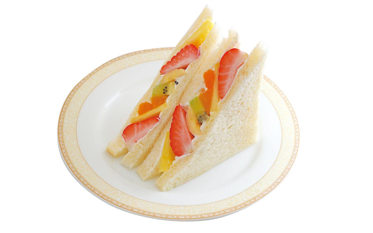 長年仲良くしている果物屋さんから仕入れた、イチゴ、キュウイ、バナナ、みかん、パイナップル入りのフルーツサンド380円