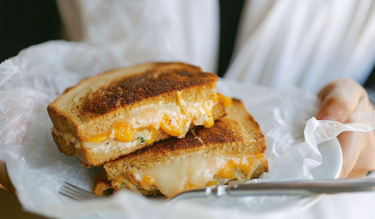 鉄板でカリッと焼いたパンの中から、チェダーチーズがとろけ出す冬のサンドイッチ、ツナメルトサンド850円