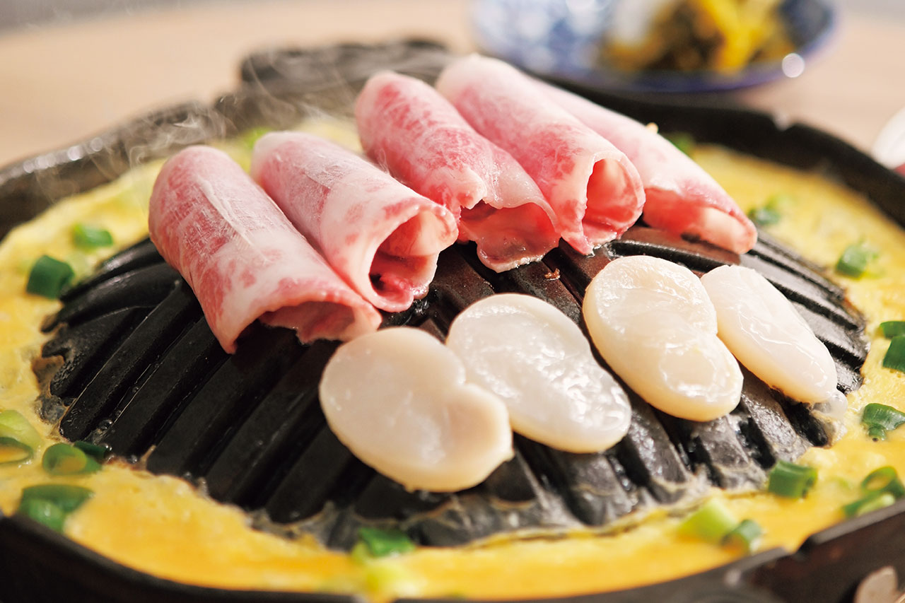 チャドルバギ たいらぎ貝セッ1人前2300円。韓国ではメジャーなたいらぎ貝はあっさりとした味。高菜や塩と一緒に食べるのが本場のスタイル