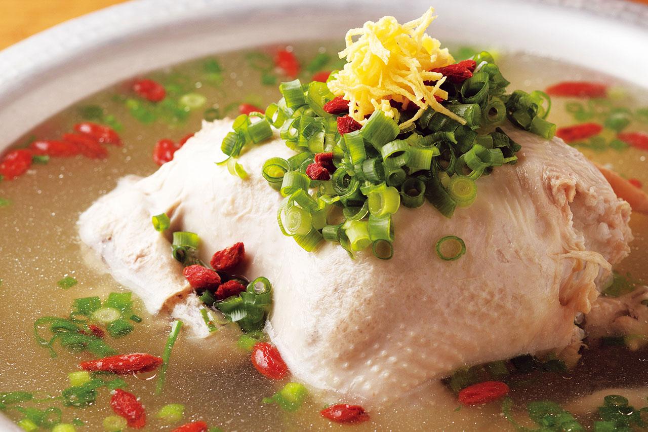 もち米が溶けだしスープがトロリ。鍋底が見えるまで食べてしまうほど、クセになる本格派。参鶏湯1人前1980円(税込)(写真は2人前)
