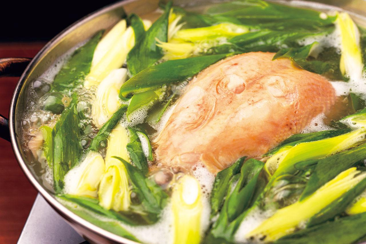 じっくり煮込んだ鶏はやわらかくてホロホロ。トッポギやジャガイモ、春雨などをトッピングして。タッカンマリ2900円(2~3人前)~<br />