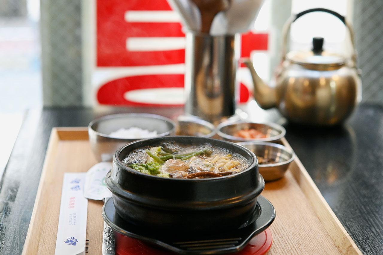 コクがあるのに後味はすっきり。ごはん、ナムル、キムチなどが付く、徐家特製近江牛テールスープセット1280円。スープ単品は1080円