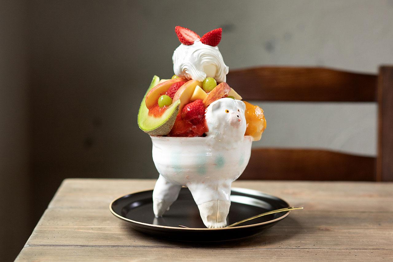 いちごソース、ミルクシロップ、パイン入りゼリー、紅茶ゼリーなどすべてが手作りの季節の果実パフェ氷1500円