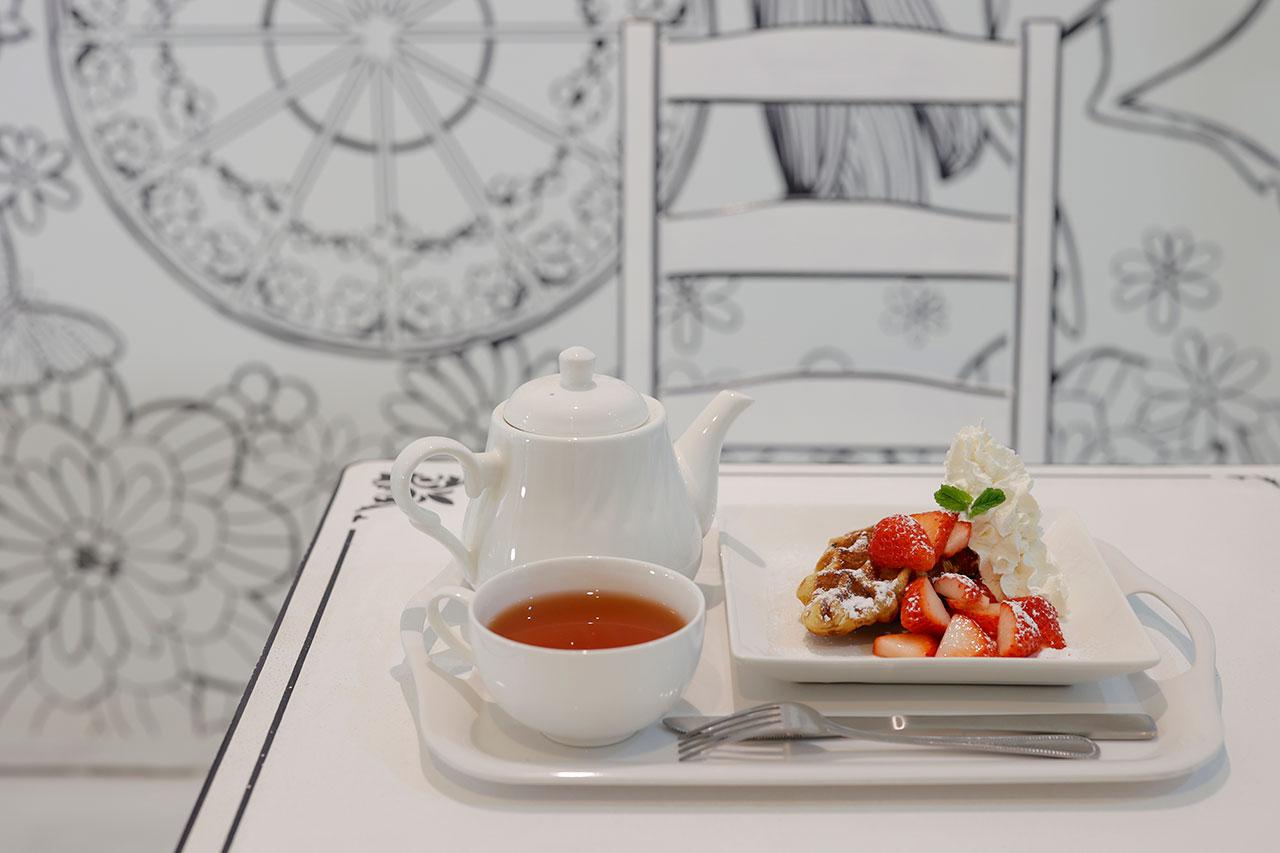 生クリームといちごのクロッフルとアールグレイの紅茶ポット1400円。クロッフルは3種の生クリームと4種のフルーツトッピングから選べる