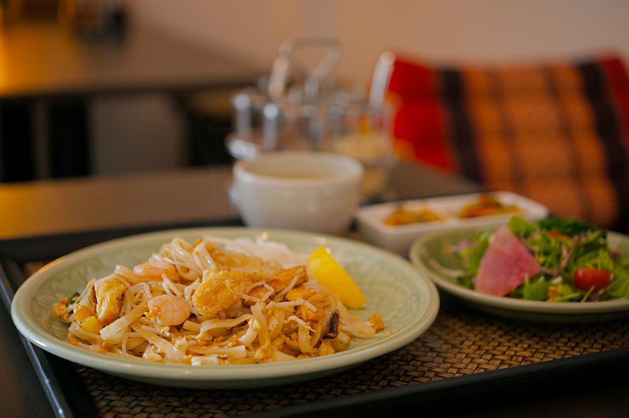 タイの焼きそばには米麺を使用。タマリンドソースとナンプラーでエキゾチックな味わいのAセット(パッタイ)990円