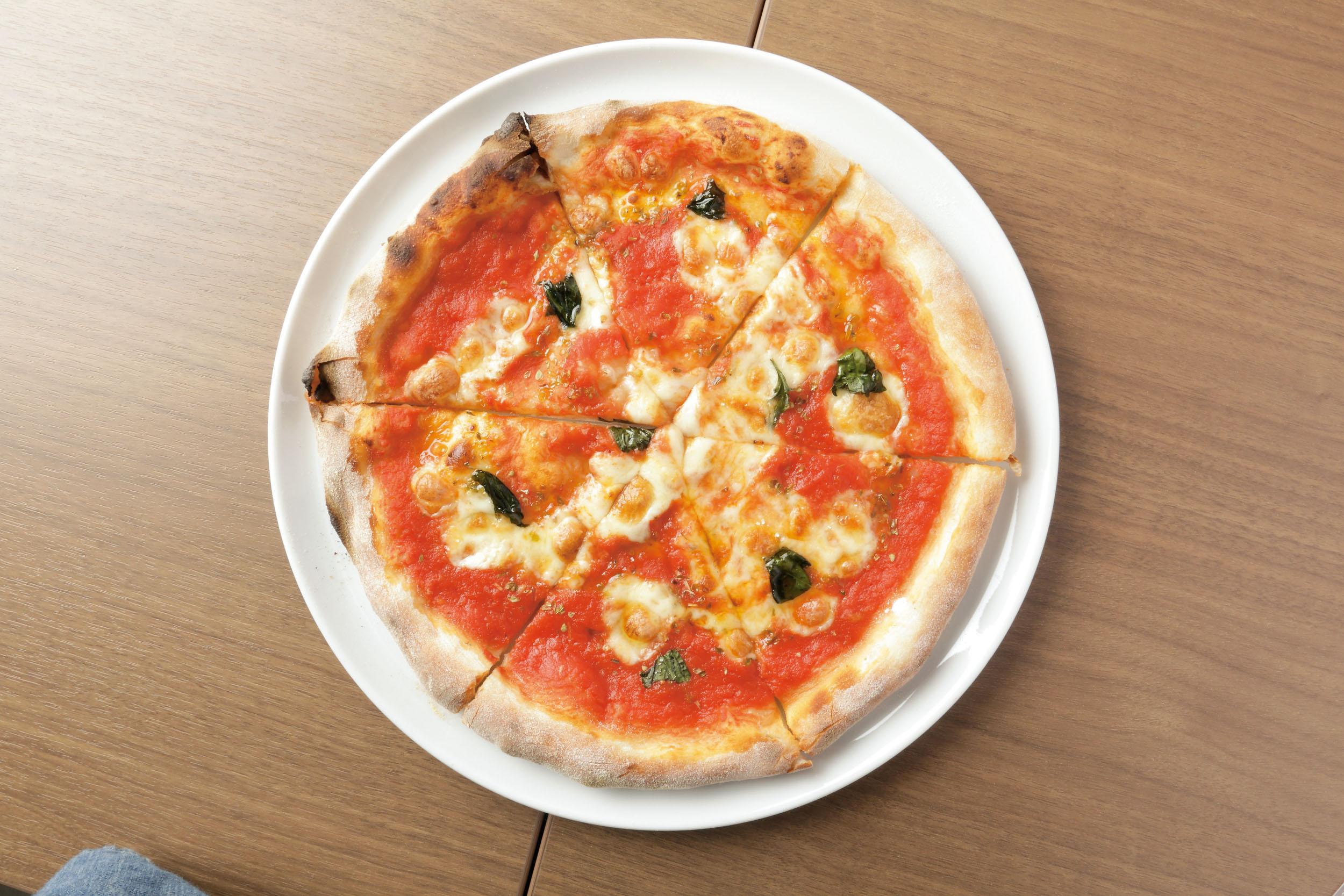 マルゲリータ1050円<br /> 高糖度のイタリア産ホールトマトをソースに使用。高温で一気に焼き上げるため表面はパリッと香ばしく、なかはもっちりとした歯応えOsteria Blanca