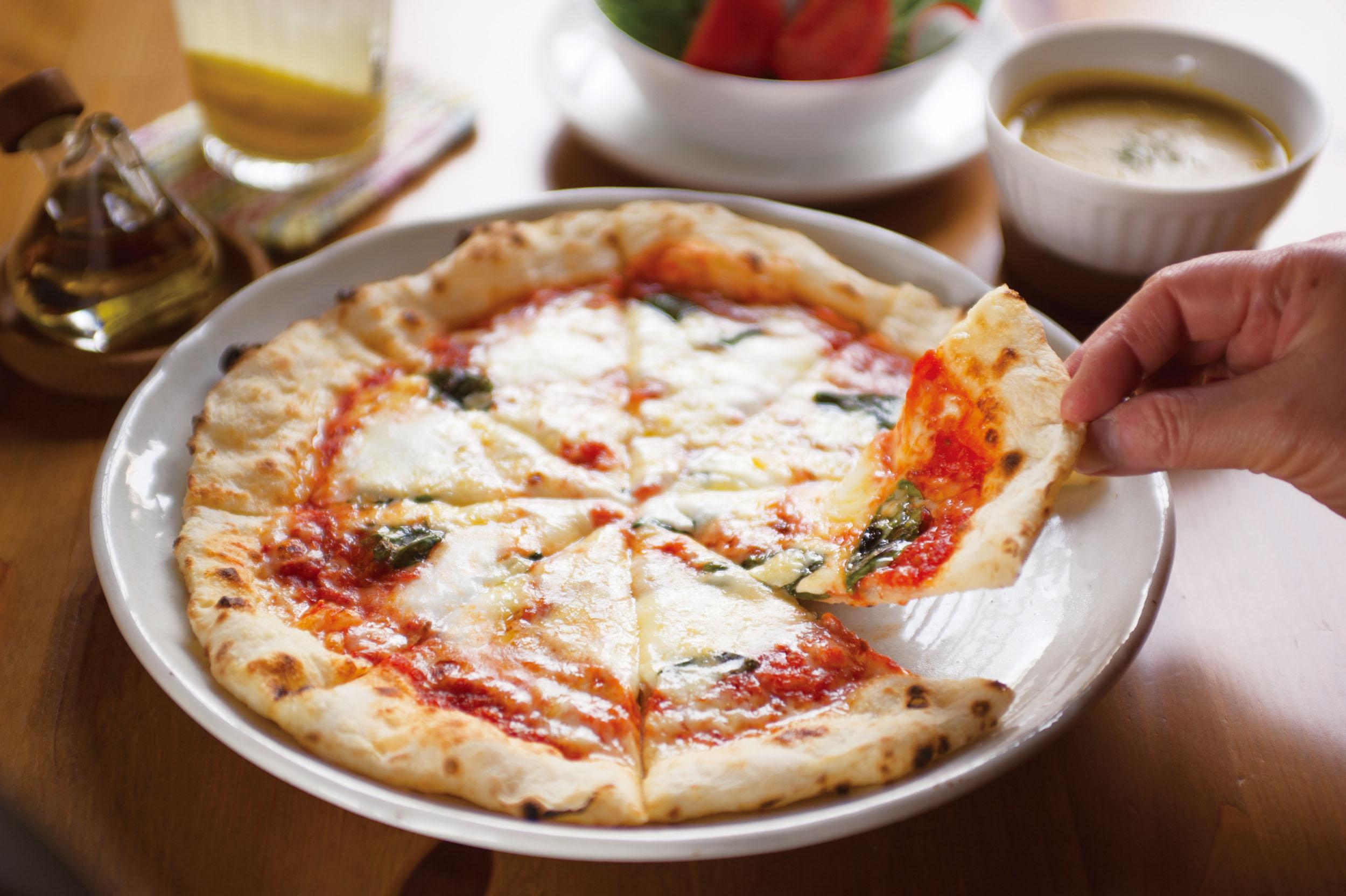 マルゲリータ1540円<br /> もちっとした歯触りと薪焼きならではの香ばしさが特徴。サラダなどが付くランチセットなら1705円。差額分の支払いでピッツァの変更も可能