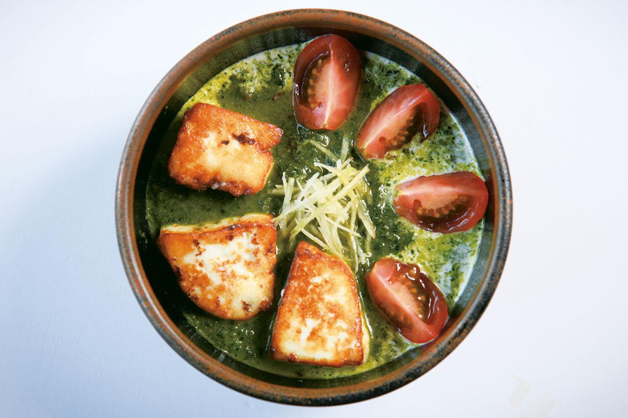 冷凍ではなく生のほうれん草を使用。パニールと呼ばれるチーズも自家製。ナンorターメリックライス付きのほうれん草と自家製チーズカレー1400円(税込)