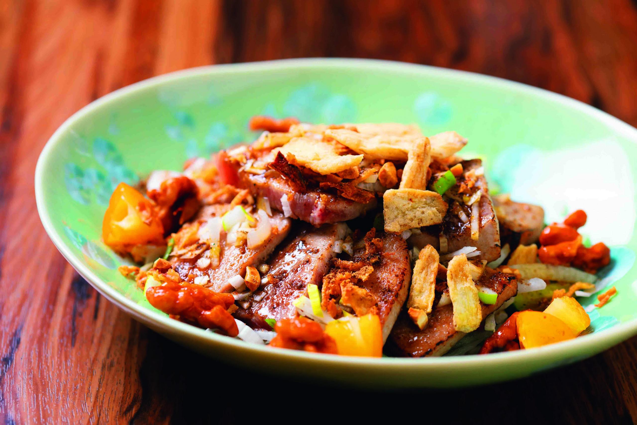 天然本マグロを使った豪華な前菜。揚げ玉ねぎ、揚げごぼう、クルミの飴炊きなど歯触りも楽しい,、中トロのあぶり葱山椒ソース2000円
