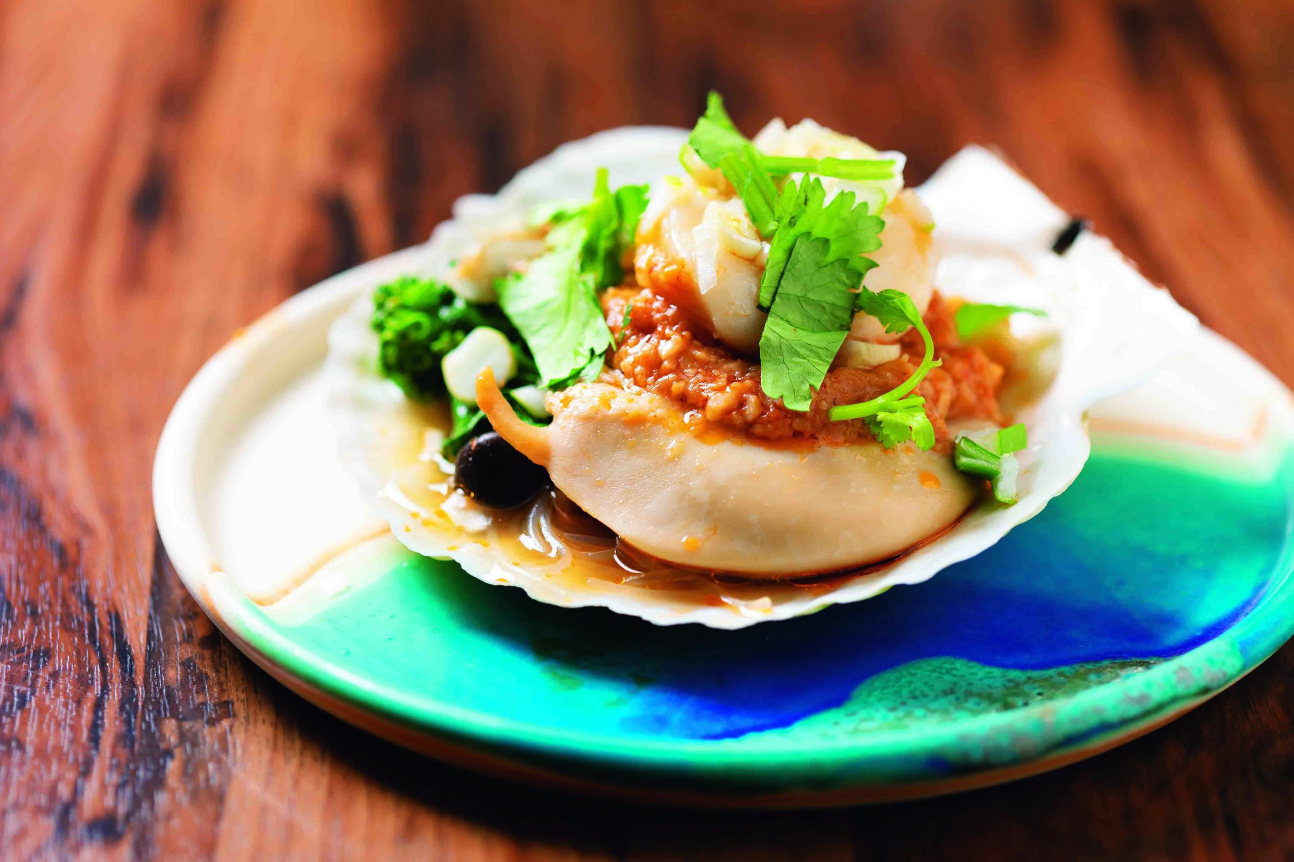 大豆をベースにニンニクや豆板醤などを合わせたオリジナルソースが、ホタテ貝の甘みと一体となった、殻付きホタテ貝の大豆ソースの蒸し物800円