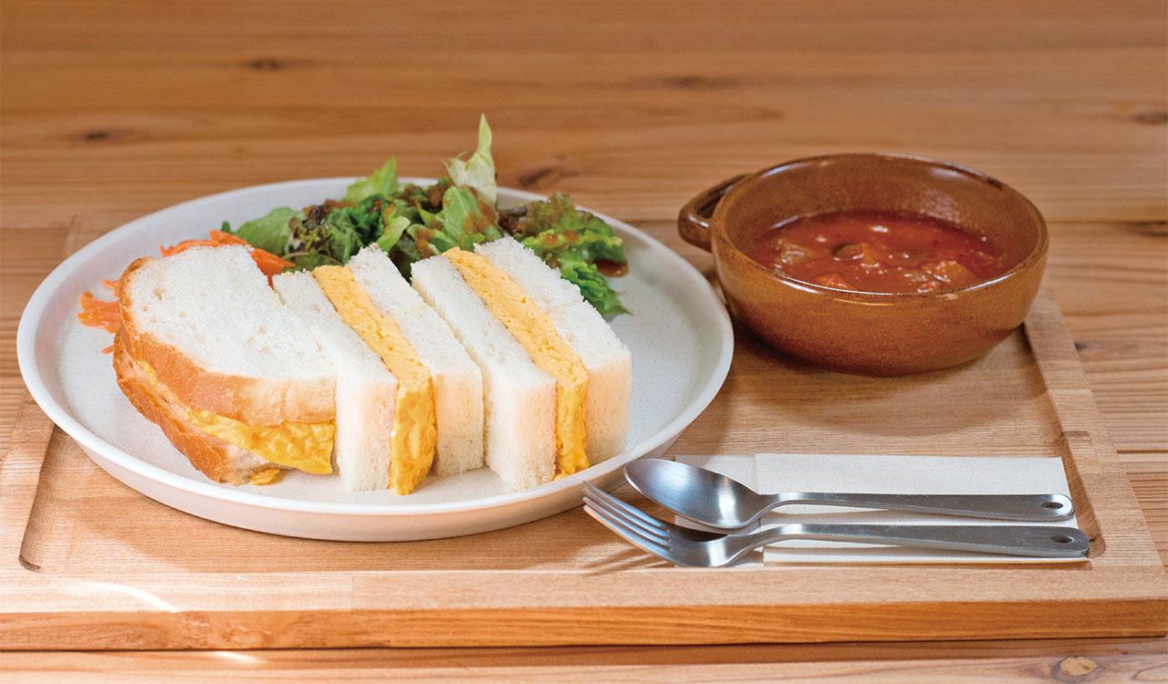 ランチタイム限定のたまごサンドとスープのセット1200円。シンプルな味付けの卵と食パンが口の中で溶けるように重なり合う