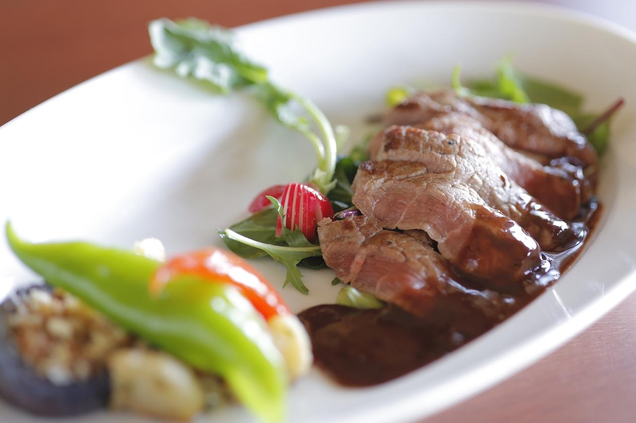 メインの牛フィレのビステッカ〜赤ワインソース〜は、きめ細かくやわらかい牛フィレ肉の旨みを引き立てる濃厚なソースが味の決め手。