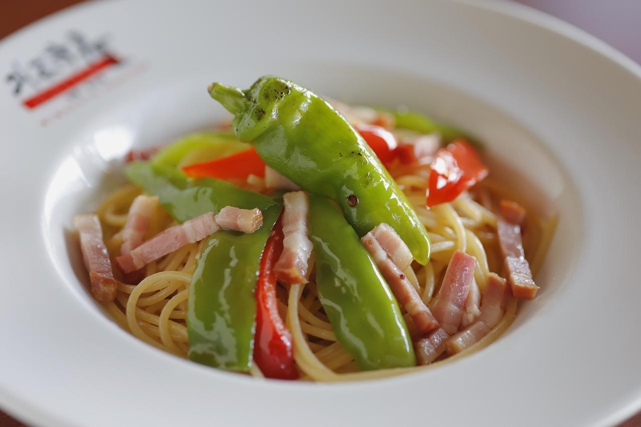 ベーコン・万願寺とうがらし・シメジのペペロンチーノ スパゲティーニは、野菜たっぷりで彩りも楽しいひと皿。さっぱりとしたペペロンチーノのほか、トマト・モッツァレラのカプリと濃厚なカルボナーラもある<br />