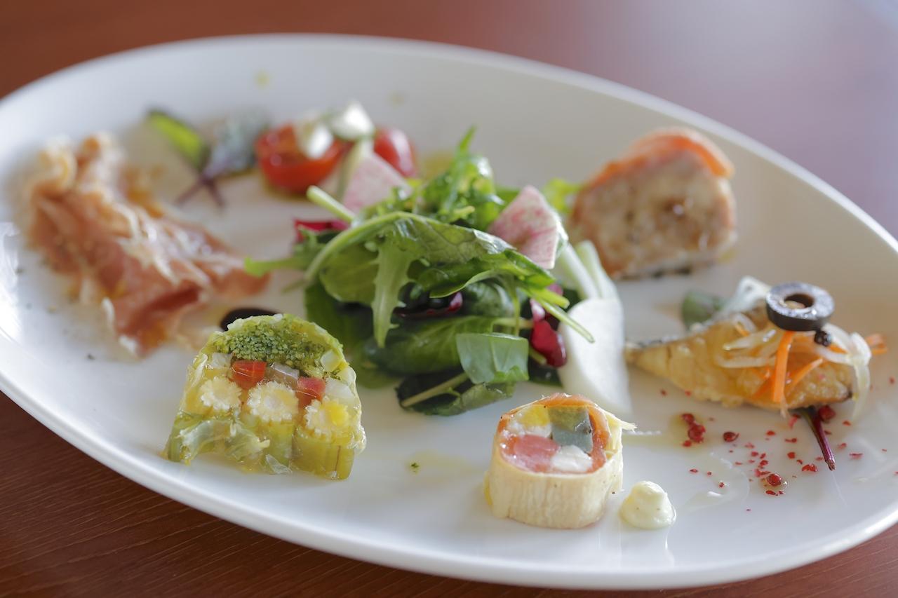 料理はすべてイタリアンSpecialeコース2800円から。本日の前菜・サラダの盛り合わせはボリュームたっぷり。この日は自家製イタリアンソーセージのコッパや野菜のテリーヌ、生ハム、カプレーゼなど(一例)