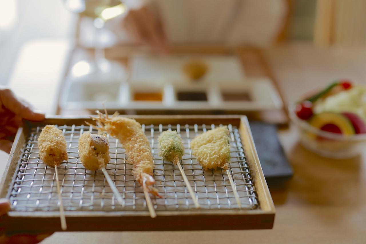 10種の串かつとスティック野菜が付く、串かつ10本コース3800円。写真は天使の海老、京都ポーク、えんどう豆のコロッケ、賀茂なす、大和芋。グラスワインは750円〜