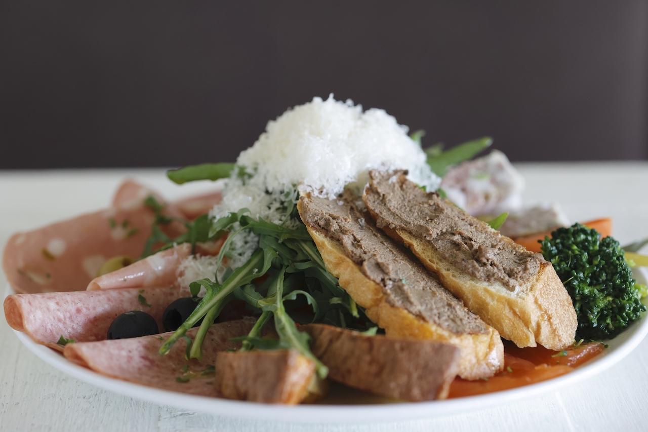 料理はすべてPranzo B 3850円から。パテドカンパーニュ、フリッタータ、イタリアンハムのモルタデッラ、なすのカポナータなど12種類ある前菜の盛り合わせ。(写真は2人前)