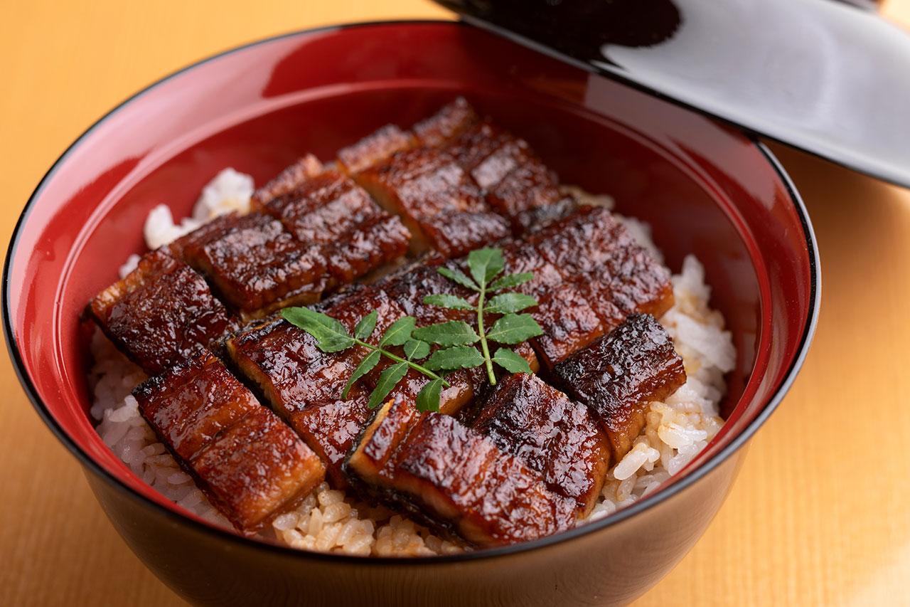 国産鰻はパリッと香ばしい関西風。なめらかなだし巻きをはじめ小鉢にも料理人の技が光る。ひつまぶし御膳2300円