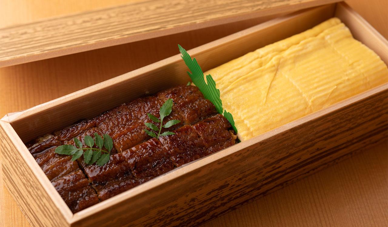 口ほどけがよい[八代目儀兵衛]のオリジナルブレンド米を使用。刻み山椒が爽やかに香る、鰻寿司とだし巻き ハーフ&ハーフ2500円