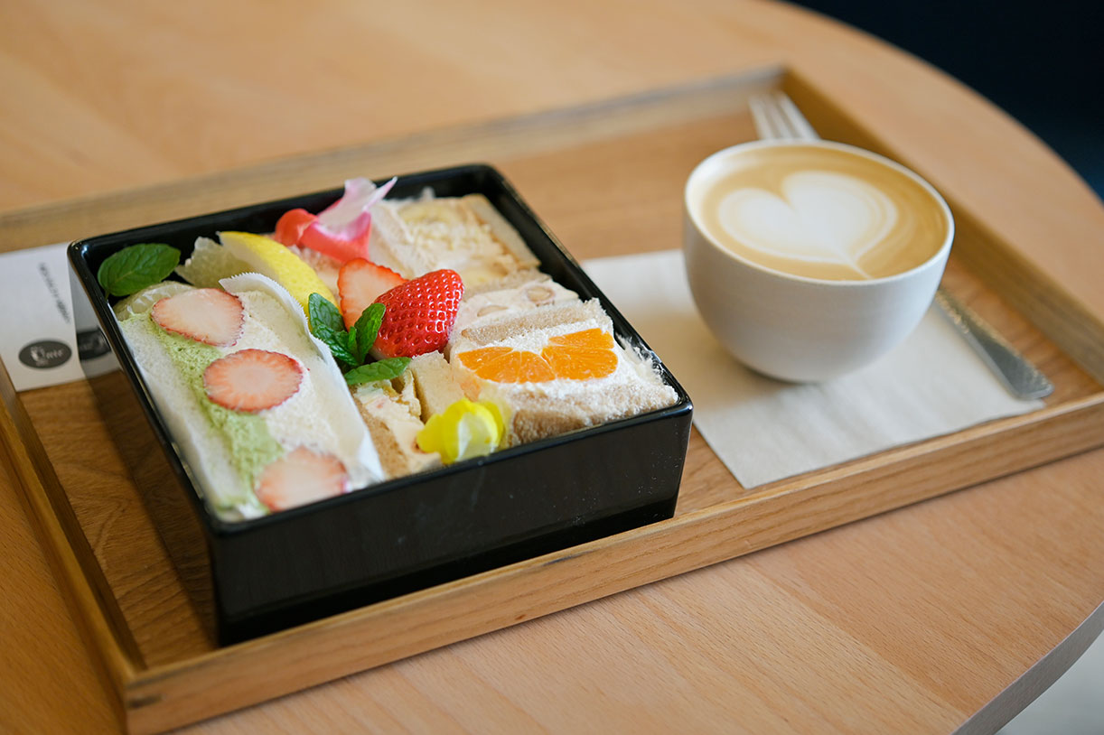 バナナ×エスプレッソ生クリーム、国産いちごに白味噌と抹茶クリームなど、見た目も麗しい、京都の美味しいものにあふれるフルーツサンドイッチ重1950円、カプチーノ500円