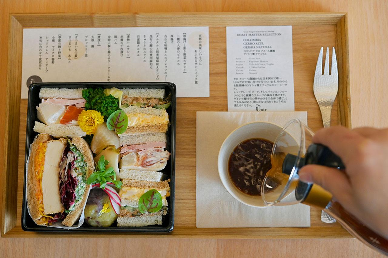 京都の美味しいものにあふれるサンドイッチ重1950円は、赤かぶの千枚漬け、昆布と鰹の佃煮、厚揚げと味噌など、和の素材と野菜をふんだんに