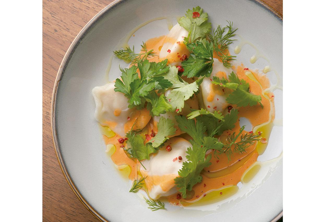水餃子をラビオリのように楽しむアイデア料理。海老水餃子と<br /> パクチー 海老クリームソース890円は、甲殻類の旨みをたっぷりまとわせよう