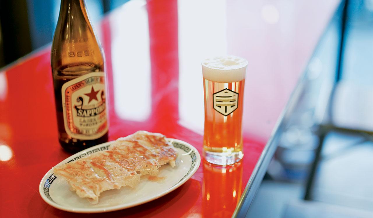 カリッと焼いた薄皮から肉と野菜の甘みがジュワッ。まずはそのまま、酢胡椒で味変を。餃子5個506円