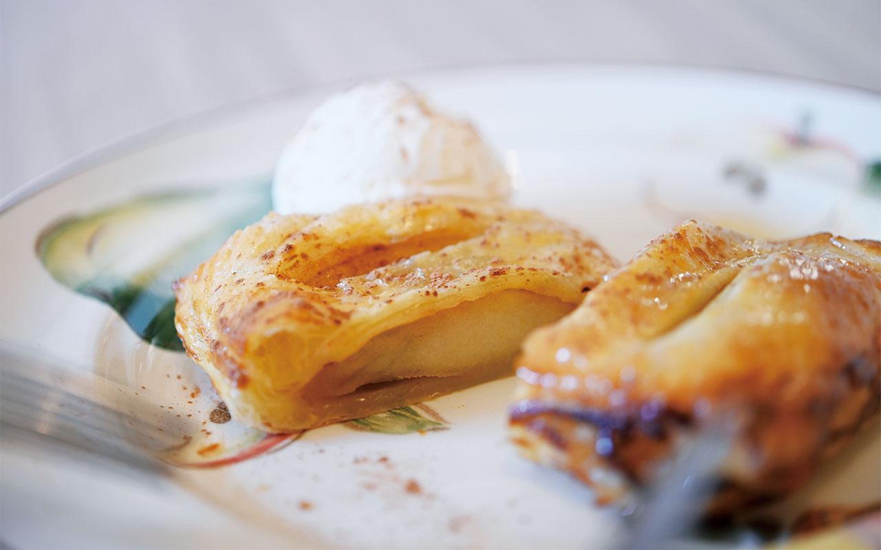 注文してから焼き上げるアップルパイ800円は、リンゴの歯応えがしっかり残るように作られている。バニラアイス付き