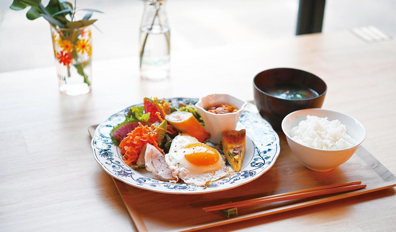 自家製ハムと目玉焼き、ショートパスタ、サラダなど色とりどり、味わいさまざまな日替わりランチ、Cozyプレート1050円