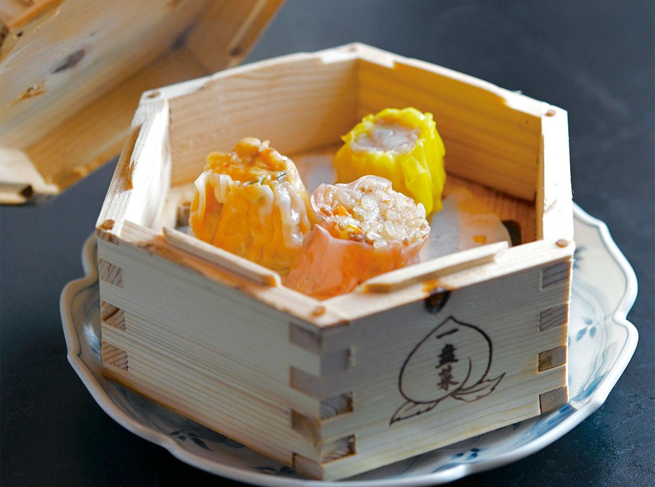 モッツァレラチーズと牛肉、豚トロと玉ねぎ、海鮮ピリ辛の3種類の焼売が一皿になった焼売三種825円