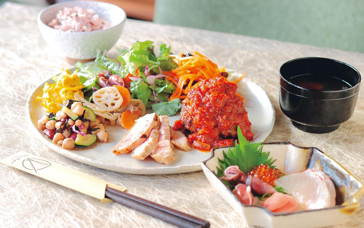 日替わりのきまぐれランチ1650円。近江牛100%のハンバーグをメインに、京都中央市場で店主が仕入れた鮮魚の造り盛り合わせ、炭火で炙った朝引き鶏のたたきなどがセットに