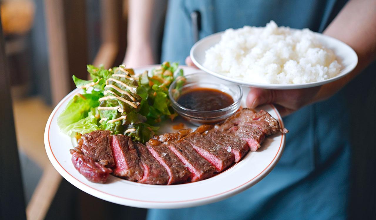 USビーフのステーキが150gも!玉ねぎと醤油ベースのソースをたっぷりつけて。炭火GRILLステーキランチ1500円