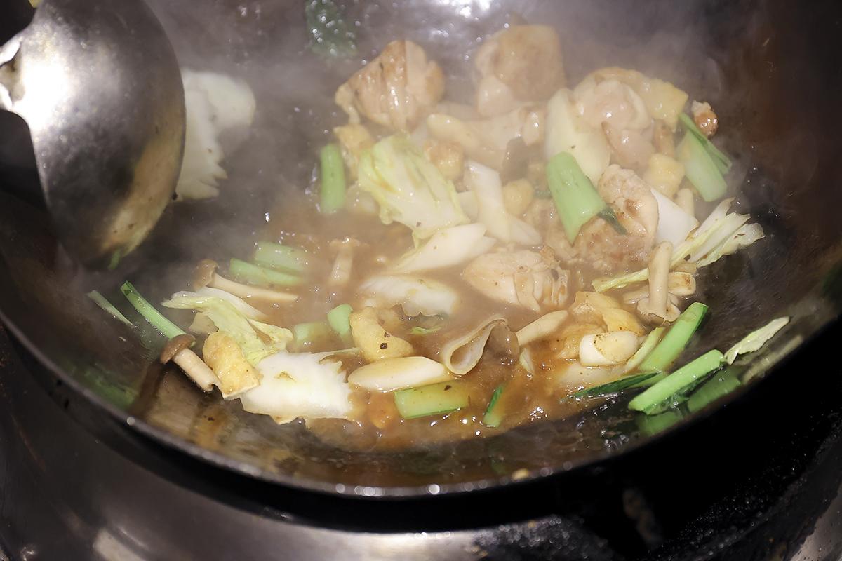 ③<br /> 唯味 WEYWEY、水溶き片栗粉を入れて、とろみがつくまで加熱する。仕上げにごま油をまわしかける。