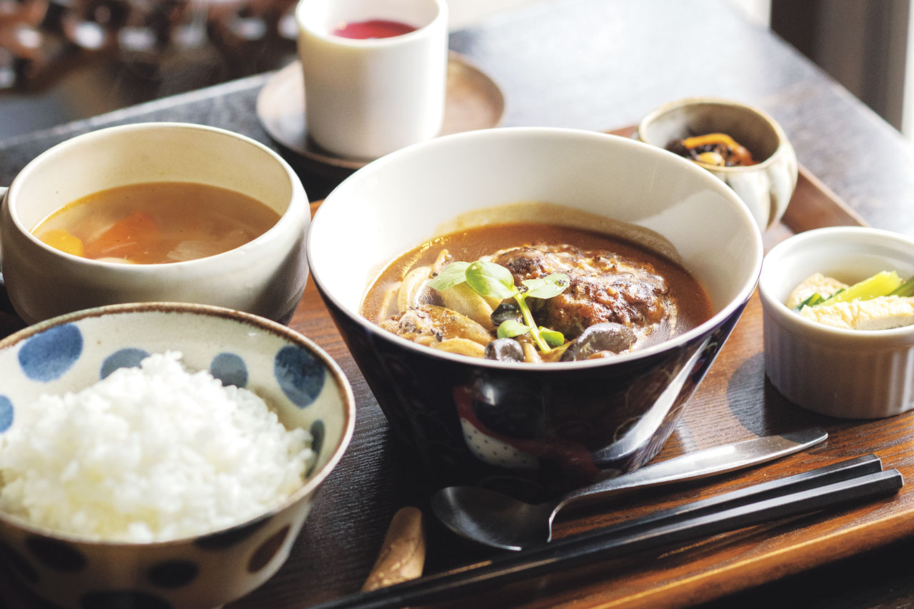 ハンバーグやフライ、チキン南蛮など選べる主菜に、ごはん、スープ、小鉢2種、デザートが付く、本日のきまぐれ定食 煮込みハンバーグ1000円