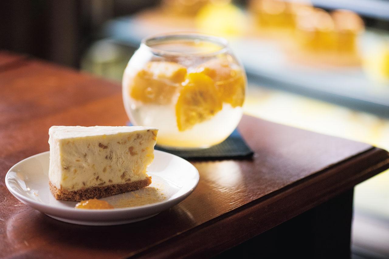 クリームチーズに柚子ジャムを混ぜ合わせたレアチーズケーキ。クッキー生地がアクセントの実生ゆずレアチーズ580円。<br />