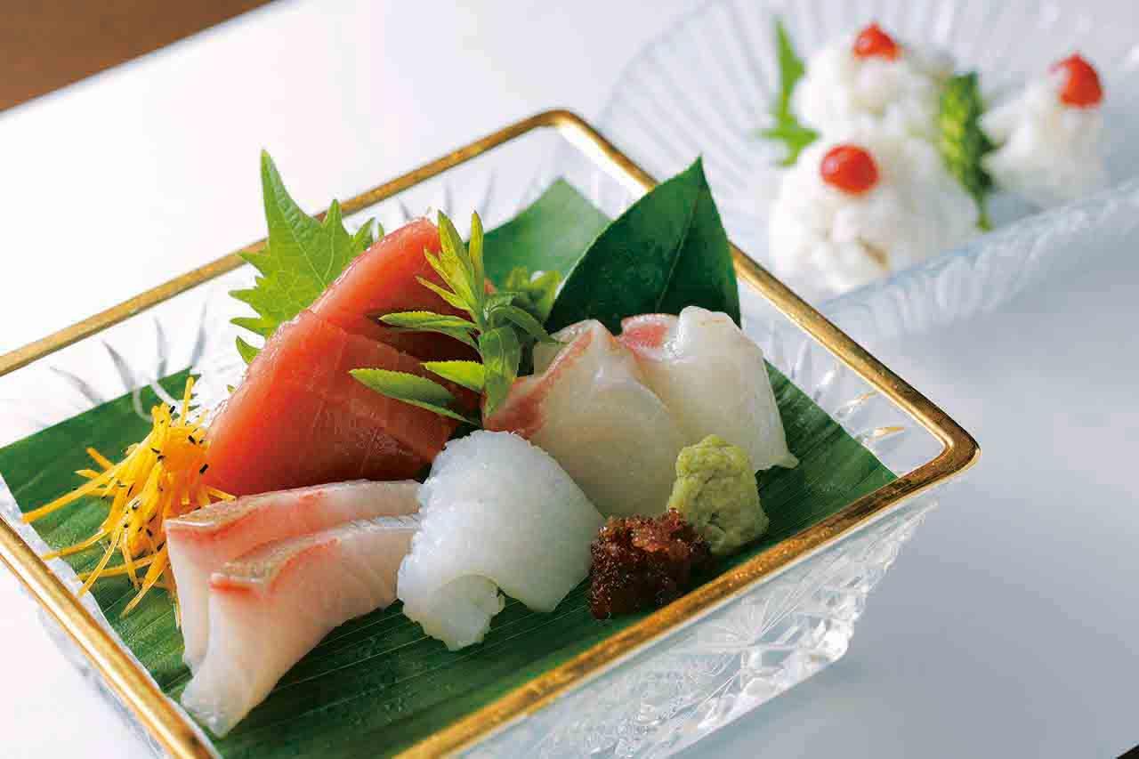 マグロ・鯛・イカ・ヒラメが涼しげに盛り付けられた上造りと、梅肉がのった鱧ちり