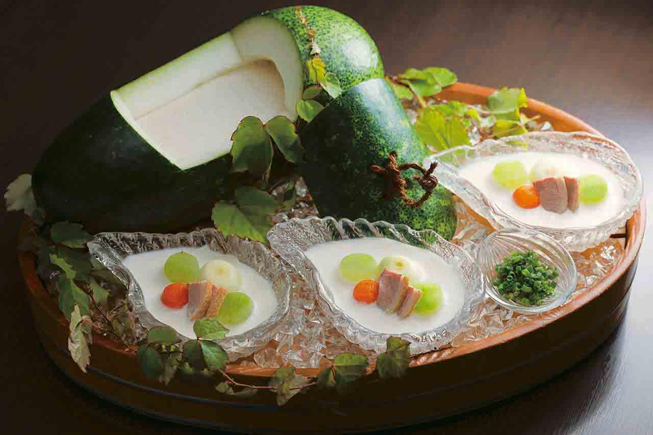 冬瓜をくり抜いて器にした冬瓜冷やし鉢には鴨肉やピコロス、冬瓜が入ったビシソワーズが(写真は3人前)