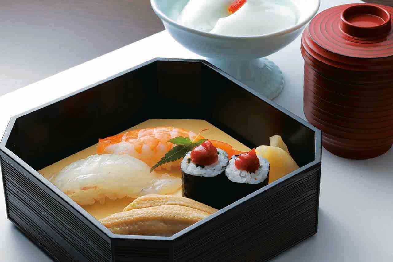 """愛媛県宇和海で育てた通称""""がんこ鯛""""などをネタに使った寿司、留 椀、デザートの杏仁豆腐"""