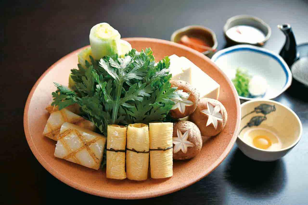 鶏の水炊きコース1万3200円。京都の天然水と鶏ガラを3日間煮込んだ濃厚なスープに、骨付きモモ肉や野菜、豆腐を浮かべて。
