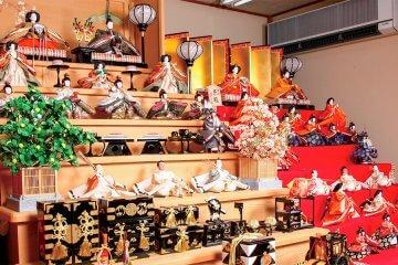 新旧のひな人形を間近で鑑賞やひなまつりの和菓子や生け花を楽しもう